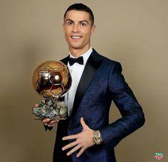 Cris accepts his BALLON d'Or Award at Eiffel Tower❤ Ronaldo Wife, Cristino Ronaldo, Ronaldo Football, Nike Football, Cristiano Ronaldo Cr7, Cristiano Ronaldo Wallpapers, World Best Football Player, Football Players, Adidas Logo