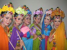 Umie Aliet. Penari Tradisi. Sunda. STSI Bandung. https://www.facebook.com/mie.a.qu/photos