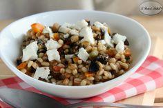 Ricetta per realizzare una fresca e gustosa insalata di orzo con feta e olive.