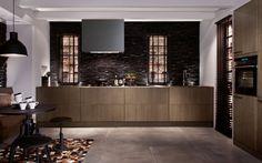 La cocina SieMatic SE 4004  se perfila como una cocina todo terreno adaptada a cada ususario. Una cuidadosa selección de materiales y colores para los muebles, las paredes y el piso es indispensable para para resaltar el carácter de esta cocina y convertirla en el espejo de su personalidad.