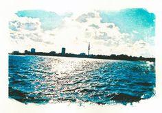 'Hamburg+Außenalster+mit+Blick+auf+Fernsehturm'+von+liga-visuell+bei+artflakes.com+als+Poster+oder+Kunstdruck+$17.33