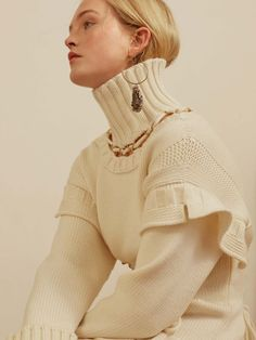 See all the Collection photos from Alexander McQueen Autumn/Winter 2017 Pre-Fall now on British Vogue Knitwear Fashion, Sweater Fashion, Fashion 2017, Fashion Show, Fashion Design, Knooking, Pullover Mode, Mode Inspiration, Mannequins