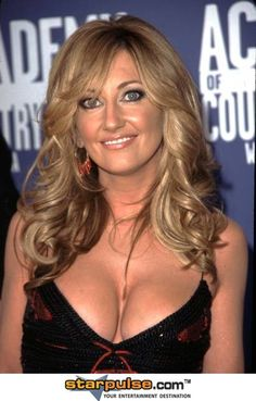 Wow...  Lee Ann Womack looks fantastic in this photo from the 37th Annual Academy of Country Music Awards - Universal Amphitheater 5/22/2002