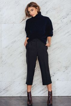 Make it a short way! The Culotte Pants by NA-KD is made in black, soft fabric and features culotte silhouette, high waist and pockets. Team up with a pair of sneakers or ankle boots! NA-KD FASHION