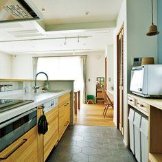 キッチンは天然木の面材が北欧風のインテリアにマッチする「ウッドワン」の「su:iji」