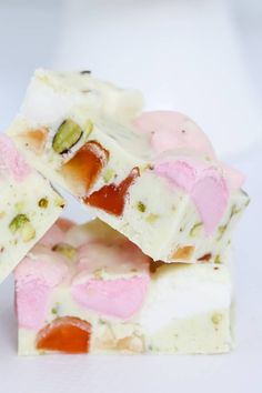 A deliciously simple 4 ingredient White Chocolate Rocky Road recipe made with marshmallows, turkish delight and pistachios. White Chocolate Rocky Road, Chocolate Slice, Chocolate Delight, Gluten Free Chocolate, Easy Desserts, Delicious Desserts, Dessert Recipes, Candy Recipes, Kids Cooking Recipes