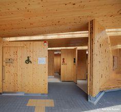 all photos(C)Ken'ichi Suzuki 小原賢一+深川礼子 / ofaが設計した、岡山の、公衆トイレ・休憩施設・サイクリングステーション「木テラス 久世駅CLTモデル建築物」です。 材料も技術も、地域に持つ真庭市ならではのプロジェクトとして計画され、設計コンペで選定されたCLTモデル建築物です。新しい木の素材CLT(直交集成板:Cross Laminated Timber)の特性を活かし、可能性を見せる魅力的な木の空間をつくること、日常の中でその大きさや温かみや手触りを感じられること、建設プロジェクトが木のまちづくりにつながる事を目指してプロジェクトを進めました。 ※以下の写真はクリックで拡大します 以下、建築家によるテキストです。 ********** 木テラスKITERASU_久世駅CLTモデル建築物 材料も技術も、地域に持つ真庭市ならではのプロジェクトとして計画され、設計コンペで選定されたCLTモデル建築物です。新しい木の素材CLT(直交集成板:Cross Laminated Timber)の特性を活かし、可能性を見せ...