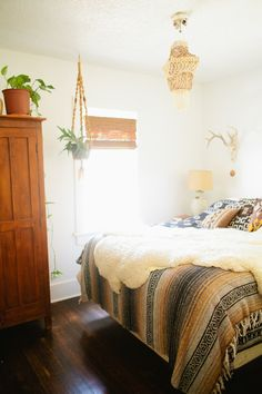 Minimalist bohemian | crisp white walls, restrained decor, incredible bedding
