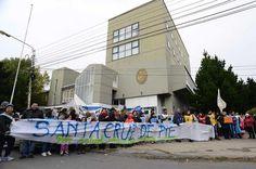 Alicia Kirchner, cercada por las protestas: Estatales, estudiantes, padres y docentes se movilizaron ayer por las calles de Río Gallegos…