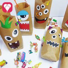 Wir zeigen Dir hier, wie Du mit unserer Vorlage, etwas Kleber und Papiertüten kinderleicht schrecklich schöne Monster Geschenktüten basteln kannst.