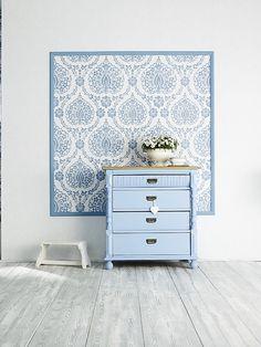 Wer keine ganze Wand mit einem Muster tapezieren will, sorgt so für etwas Abwechslung. Foto: Scandinavian Vintage, Marburger Tapetenfabrik