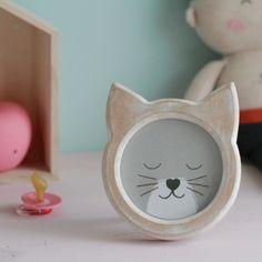 Cualquier habitación infantil quedará más bonita con este marco de fotos con orejas de gatito. A los niños les encantará tenerlo decorando su dormitorio y por supuesto, a sus papis también les robará el corazón.