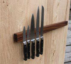 """Magnetische messenhouder. Van notenhout met een klein balkje van Padouk om 'm aan de muur te bevestigen. Lijkt een """"gewoon"""" mooi blakje notenhout ! www.houteninterieuraccessoires.nl"""