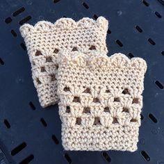 Leg Warmer Boot Cuff - Free crochet pattern by Handcrafted Witches. Leg Warmer Boot Cuff - Free crochet pattern by Handcrafted Witches. Guêtres Au Crochet, Crochet Mignon, Crochet Boots, Crochet Gloves, Crochet Crafts, Crochet Projects, Crochet Headbands, Knit Headband, Baby Headbands