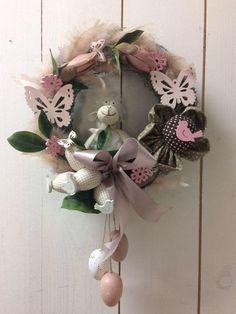 Veľkonočné :), Veľkonočné dekorácie | Artmama.sk Hanukkah, Origami, Floral Wreath, Home Decor, Scrappy Quilts, Creative, Flower Crowns, Room Decor, Paper Folding