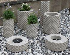 Cement and bubblewrap.Foton - www. You can make your own personalized concrete garden decorations.Best 11 Inspiration… – www. Diy Concrete Planters, Cement Art, Concrete Molds, Concrete Crafts, Concrete Art, Concrete Projects, Concrete Garden, Concrete Design, Tire Planters