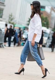 jeans boyfriend, talons hauts. chemise blanche, lunettes de soleil, comment s'habiller classe