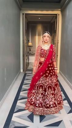 A definite indian wedding look to bookmark is this stunning maroon lehenga with elegant detailed thread work and a pale pink second dupatta paired with a stunning polki mathapatti and necklace for the traditional indian bride feels video via mua Shraddha Lutra. #wittyvows #bridalmakeup #bridallehenga #bridaloutfit #bridetobe #indianwedding #weddingideas #indianweddingphotography #indianweddinginspiration Indian Wedding Video, Indian Wedding Photos, Indian Bridal Outfits, Bridal Dresses, Latest Bridal Lehenga, Designer Bridal Lehenga, Wedding Dress Men, Wedding Dress Trends, Wedding Lehenga Designs