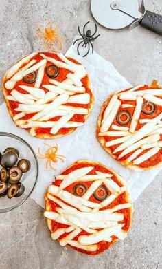 Halloween Pizza - Mummy Pizza Recipe Mini Mummy Pizza for Kids! Halloween Pizza, Soirée Halloween, Halloween Snacks For Kids, Halloween Dinner, Halloween Treats, Preschool Halloween, Healthy Halloween, Halloween Fingerfood, Halloween Appetizers