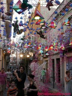 Fiestas del barrio de Gràcia, La decoracion de las calles hechas por los vecinos con materiales reciclables.