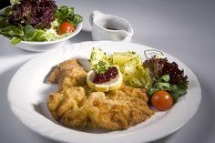 Der Klassiker der österreichischen Küche: Wiener Schnitzel mit Beilagen Wiener Schnitzel, Chicken, Meat, Food, Side Dishes, Easy Meals, Essen, Meals, Yemek
