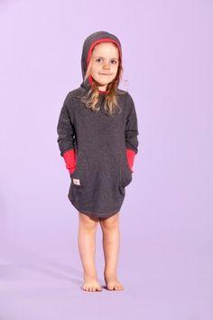 Tämä mekko lämmittää jo vähän kylmemmilläkin syyskeleillä! Jenni J.J.:n Tunika Hoodie- DGray/Chorall - Astubutiikkiin.fi
