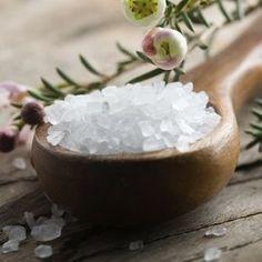 Usa sal para limpiar las energías negativas que pueden estar afectando tu vida. Aplicar un baño con agua salada podría ayudar a renovar tu campo energético.