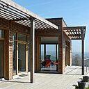 La terrasse orientée au sud est presque entièrement vitrée, pour bénéficier au maximum de l'énergie du soleil.
