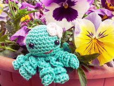 Cosa ci fa questa polipetta tra i miei fiori?  #amigurumi#amigurumianimal#amigurumipassion#crochet#handmade#crochetaddict#polipo#flowers#sweet#loveit#crocheting#madewithlove#amor by erikaricucci