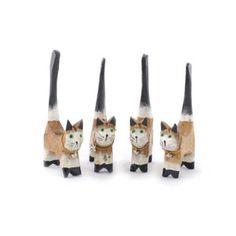 Cuatro gatos porta anillos realizados en madera. Pintados y barnizados a mano en tonos beige.