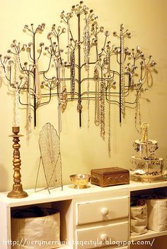 love this vintage looking jewelry display