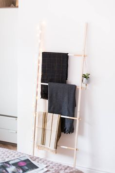 Diy Home : Illustration Description DIY Half Painted Blanket Ladder Create a space for those extra blankets come spring, magazines, hanging plants and my favourite, fairy lights to keep the darker nights more cosy and less depressing! Easy Diy Crafts, Decor Crafts, Diy Home Decor, Diy Decoration, Diy Interior, Interior Styling, Do It Yourself Regal, Furniture Makeover, Diy Furniture