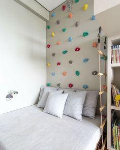 Já pensou em uma parede de escaladas para o quarto das crianças...aqui em casa a ideia faz sucesso só falta colocar em pratica mesmo #inspiração #decoração #parededeescalada #quartodascrianças #ideiabacana #diversãoparaagarotada