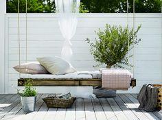 Lit de jardin suspendu maison de la styliste suédoise Pella Hedeby