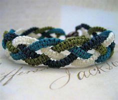 Micro-macrame friendship bracelet photo tutorial - Her Crochet Hemp Jewelry, Paracord Bracelets, Macrame Bracelets, Jewelry Crafts, Handmade Jewelry, Jewellery, Bracelets Macramé, Paracord Braids, Jewelry Necklaces