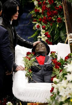 Michael Jackson saying goodbye to his idol James Brown at his funeral, Funeral Photography, Post Mortem Photography, James Brown Funeral, Michael Jackson Pics, Celebrity Deaths, Black Actors, Black History Facts, The Jacksons, The Godfather