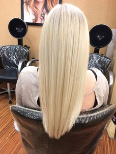 Such a Perfect Pearly Platinum healthy hair! #LizsmithStyle http://lizsmithstyle.mymonat.com/