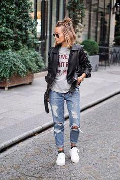 Look com calça destroyed, t-shirt, jaqueta de couro, tênis branco e meia lurex aparente.