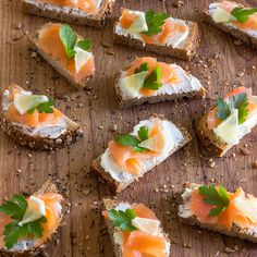 Smoked Salmon Bites - Slices of bread topped with Philadelphia cheese salmon lemon and garnished with parsley. Puff Pastry Appetizers, Make Ahead Appetizers, Seafood Appetizers, Seafood Recipes, Appetizer Recipes, Fresco, Marinated Cheese, Cucumber Tea Sandwiches, Lemon Salmon