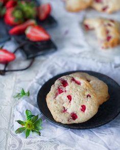 Strawberry cream cheese cookies  Erdbeer-Frischkäse Kekse Ich brauche Sommer. Jetzt. Notfalls auch in Form von Keksen mit weißer Schokolade. Und da ich ungeduldig bin, sind die ersten Sommerkekse schon in den Ofen gewandert. #patrickrosenthal #kekse #cookies #erdbeeren #strawberry #chocolate #einfach #huffposttaste @huffposttaste #ichliebefoodblogs @ich.liebe.foodblogs #rezeptebuchcom @rezeptebuchcom #hautecuisine @hautescuisines #food #foodblogger #foodphotography