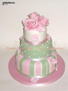 http://www.lemienozze.it/gallerie/torte-nuziali-foto/img18080.html Torta nuziale artistica sui toni del rosa
