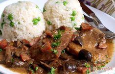 Klasszikus főétel ebédre vagy vacsorára. Nem kell hozzá sok alapanyag, a végeredmény pedig egyszerűen tökéletes! A lágy, puha hús, a finom gomba, mustár, kolbász, egyszerű fűszerek teszik ezt a fogást tökéletessé. A tálalást sem kell túlgondolni, egy szelet hús, rizs, na meg az elmaradhatatlan szaft. Mi így szeretjük, maximum még házi csemegeuborkát adok hozzá.