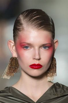 Everything to do with latest makeup trends and inspiration. We're providing smart shopping tips to get beauty discounts and deals, DIY tutorials, latest runway makeup trends and tips to look your best! 80s Makeup, Makeup Art, Hair Makeup, Prom Makeup, Catwalk Makeup, Runway Makeup, Beauty Make-up, Beauty Hacks, Hair Beauty