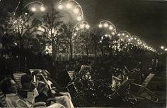 Ландышевая аллея в Парке Горького  1935 год. Авторы проекта Владимир и Георгий Стенберги (главные художники Парка Культуры и Отдыха с 1928 по 1933 год). Светильники были демонтированы в 1960-х годах.
