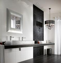 Klassieke badkamer met dubbele wastafel en kroonluchter