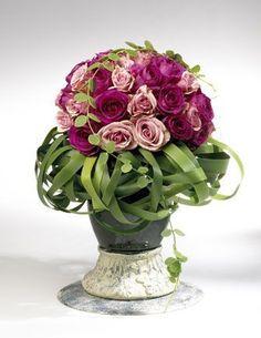 Benodigde materialen: zelf dit bloemstukje maken Plaats een blok of bol steekschuim in de vaas. Als je een blok gebruikt eerst even goed ...
