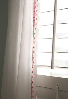 Je vous propose une petite bidouille toute simple pour customiser et embellir facilement ses rideaux. Cette bidouille est facile à faire même pour celle qu