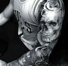 Tatuaje de calavera en el brazo.