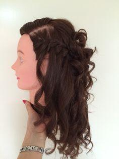 Foto 1. Half lang bruin haar.  Voor de helft opgestoken, krullen en een waterval vlecht.