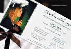 Convite de formatura com envelope de poá e listras rosas e laço em fita de cetim marrom.